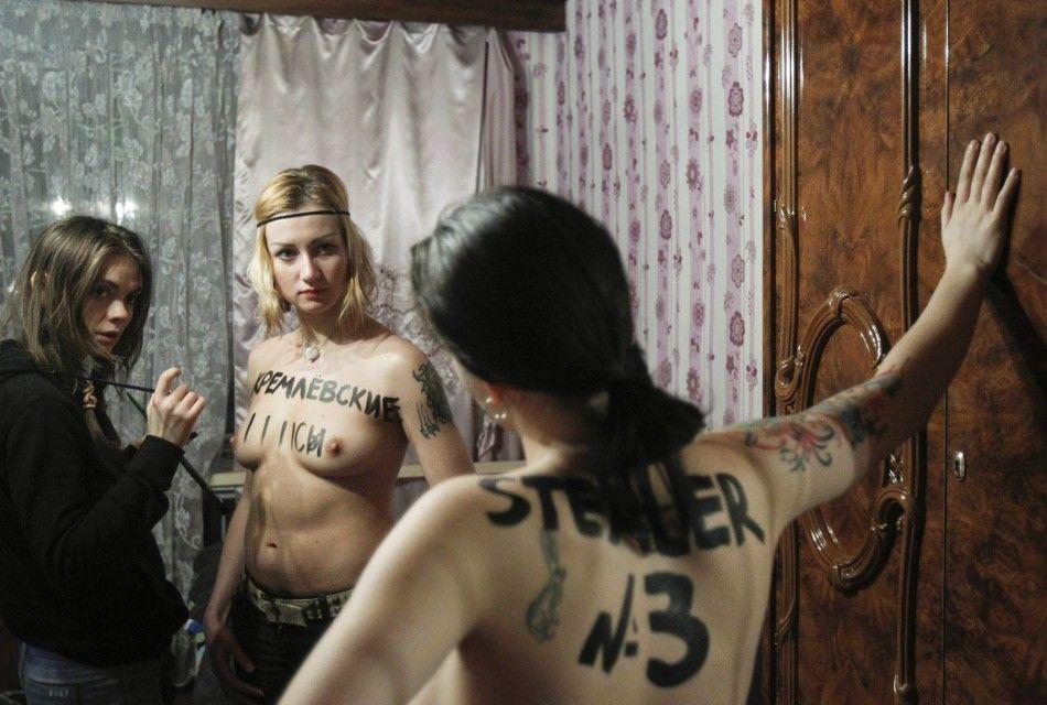 外国人女性が裸で抗議 5