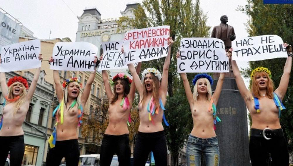 外国人女性が裸で抗議 10