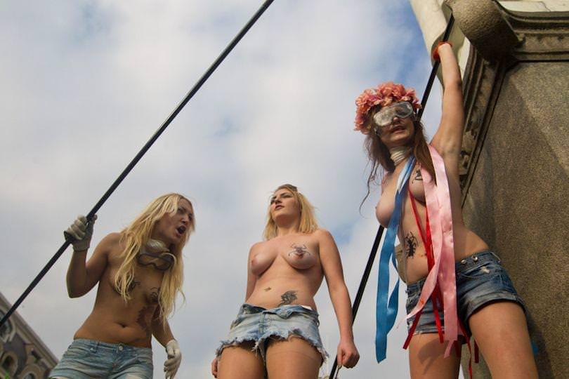 外国人女性が裸で抗議 11