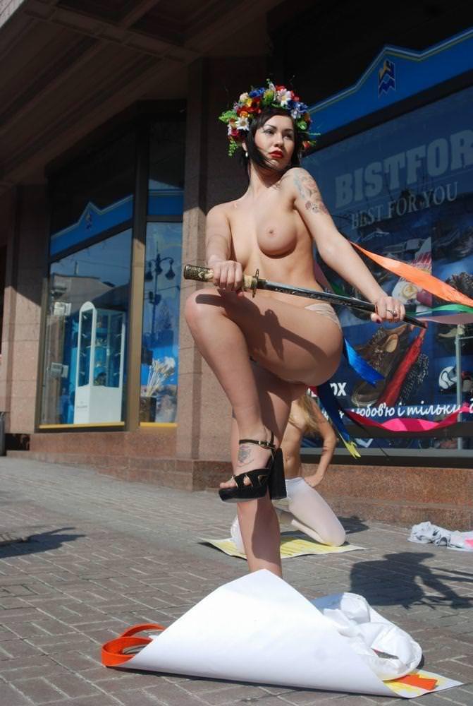 外国人女性が裸で抗議 12