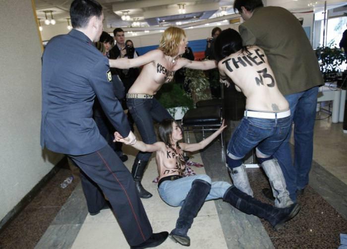 外国人女性が裸で抗議 17
