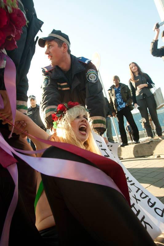 外国人女性が裸で抗議 18