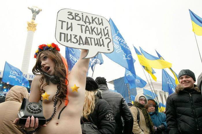 外国人女性が裸で抗議 22