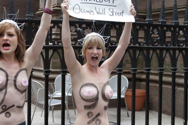 外国人女性が裸で抗議 23