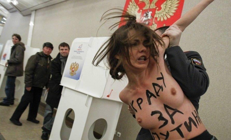 外国人女性が裸で抗議 24