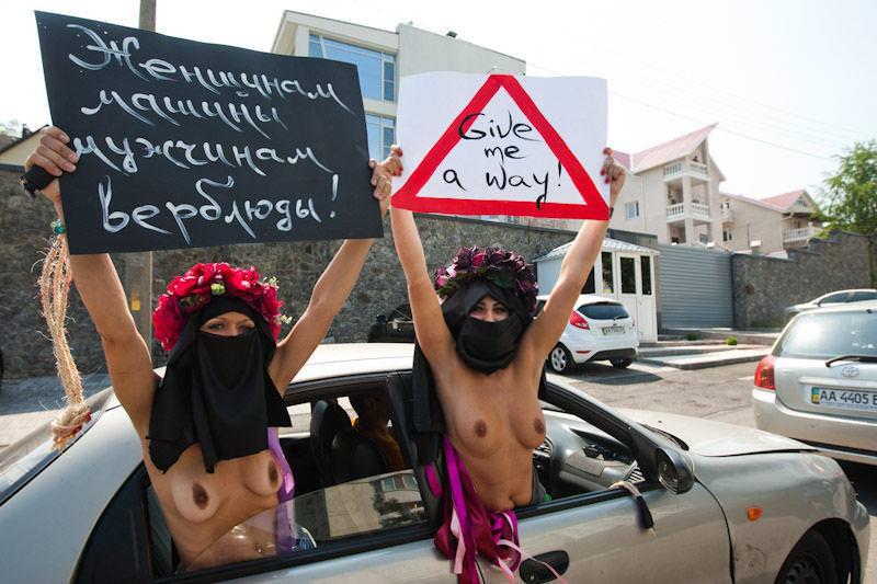 外国人女性が裸で抗議 25