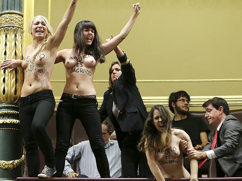 外国人女性が裸で抗議 28