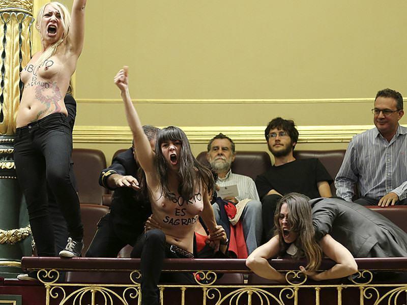 外国人女性が裸で抗議 29