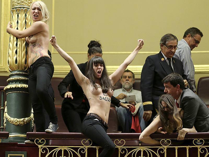 外国人女性が裸で抗議 30