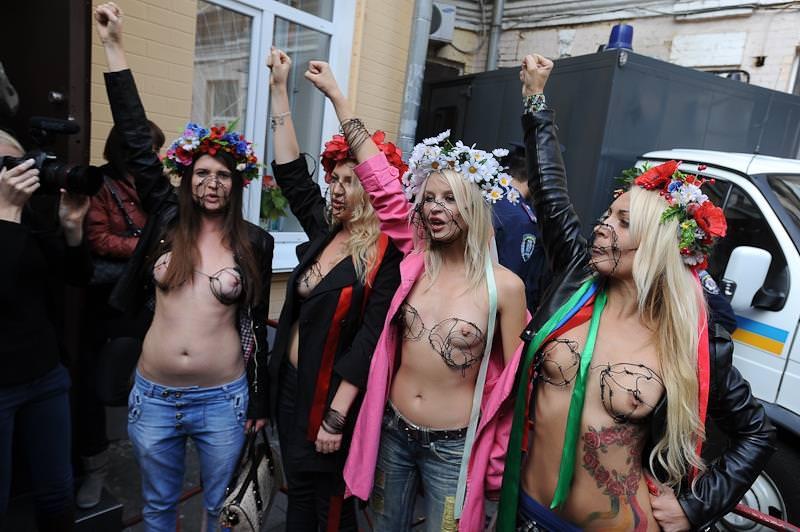 外国人女性が裸で抗議 31
