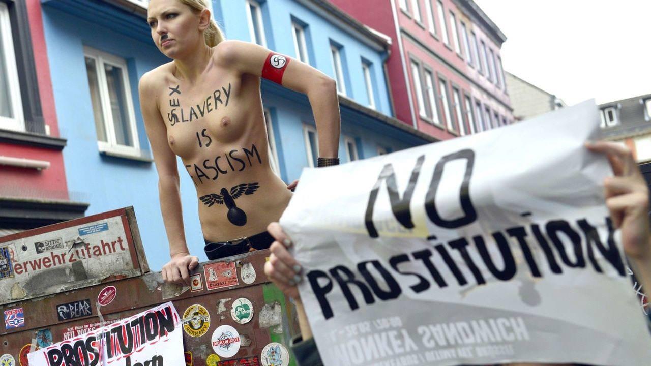 外国人女性が裸で抗議 32