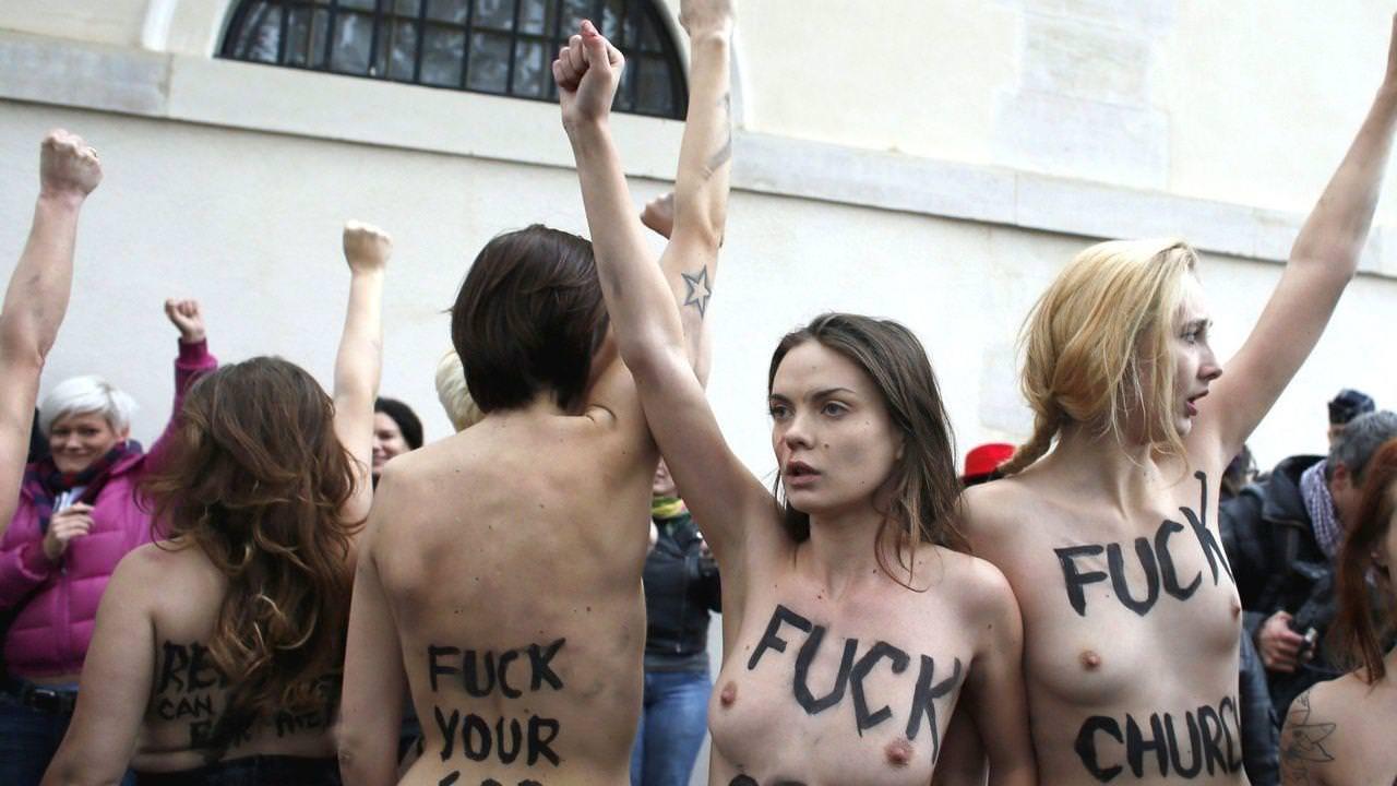 外国人女性が裸で抗議 34