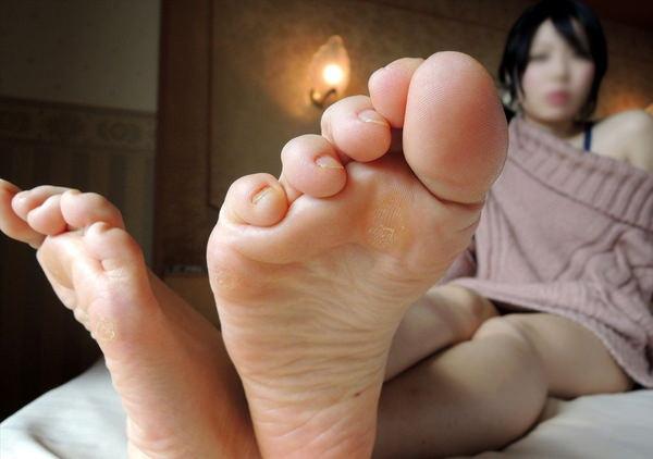 裸足の足の裏 13