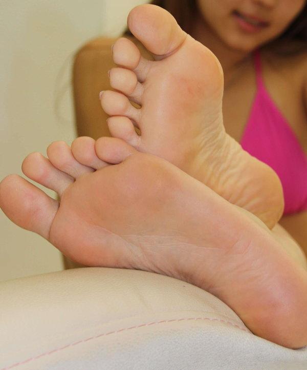 裸足の足の裏 18