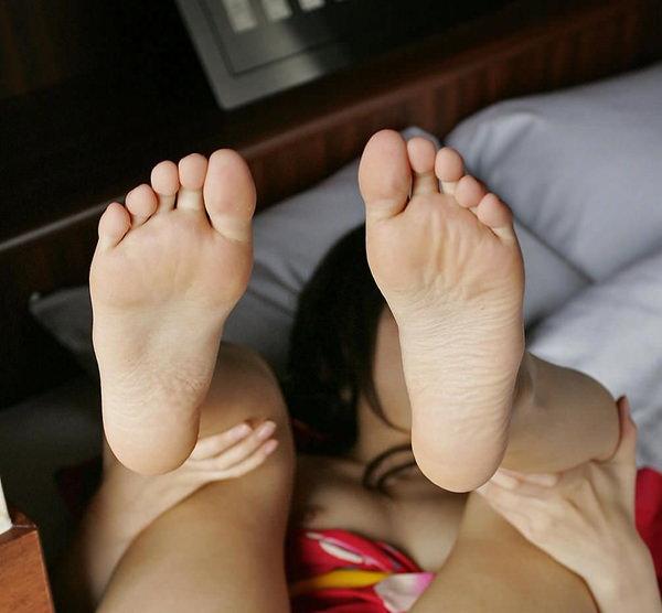 裸足の足の裏 22