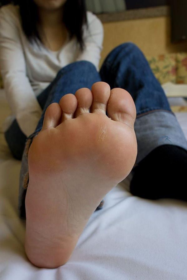 裸足の足の裏 24