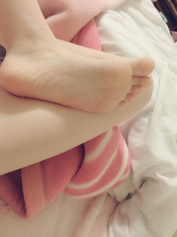 裸足の足の裏 25