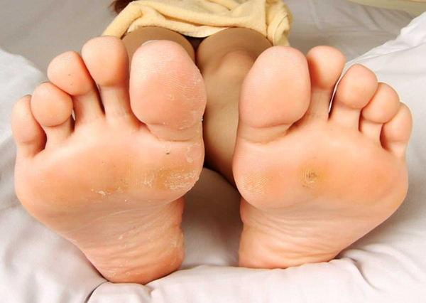 裸足の足の裏 34