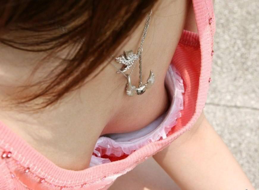 貧乳素人の乳首チラ 4
