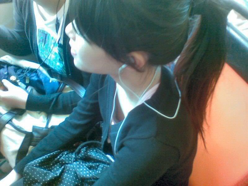 貧乳素人の乳首チラ 11