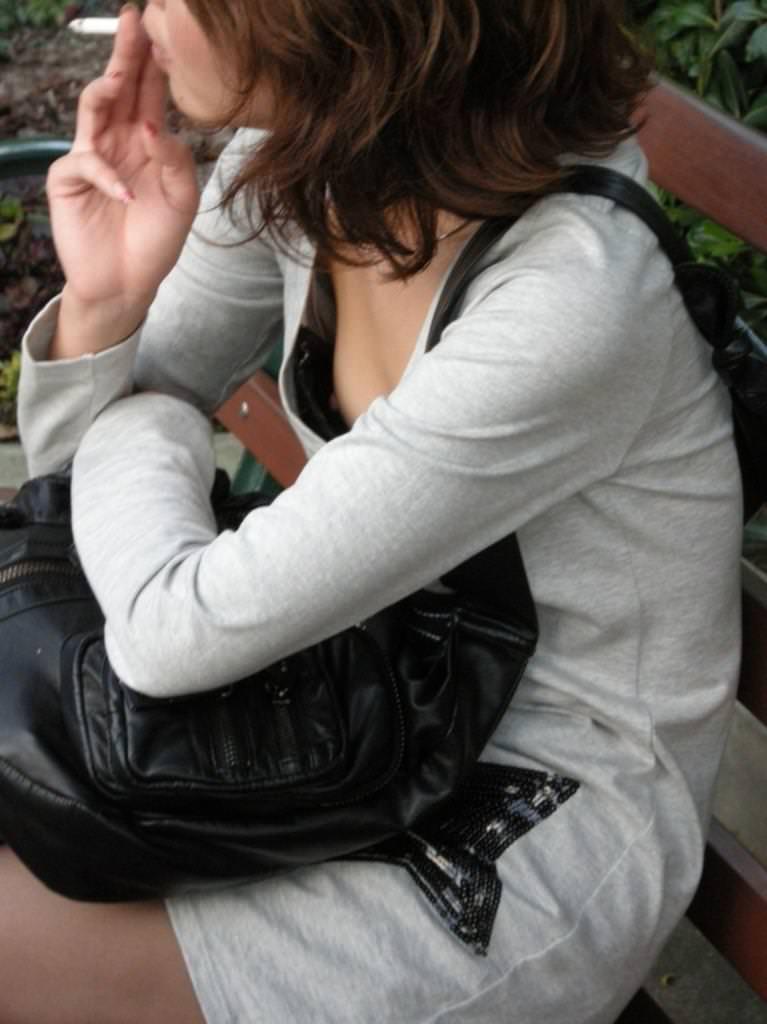 貧乳素人の乳首チラ 37