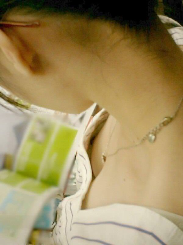 貧乳素人の乳首チラ 41