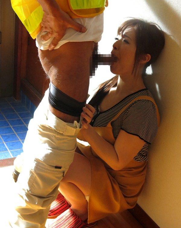 リビングや玄関でセックスしてる人妻 12