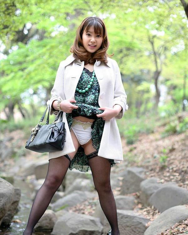 清楚な美人妻がスカートたくし上げ 2