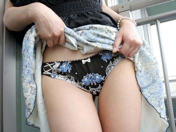 清楚な美人妻がスカートたくし上げ 11
