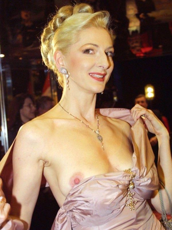 ハリウッド女優の乳首ポロリ 13