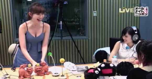 小嶋陽菜が風俗嬢みたいな衣装でラジオ出演
