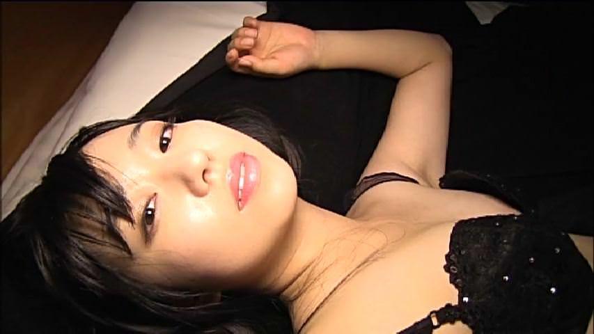 セクシー下着姿の伊倉愛美ちゃんのニップレスが見えてるのでは?と話題に!