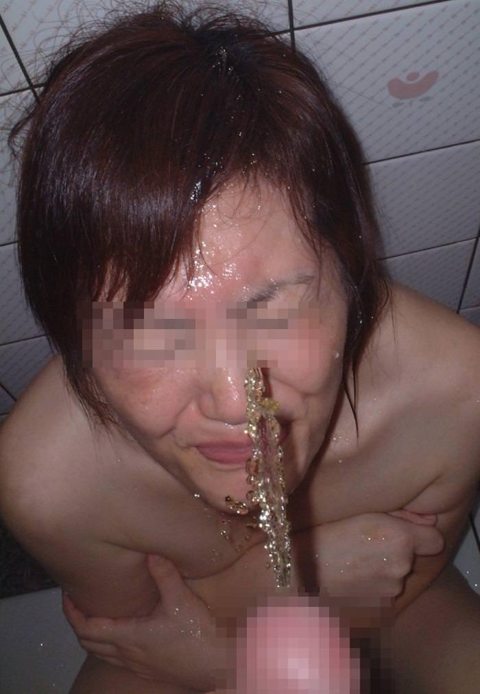 飲尿する変態女 16