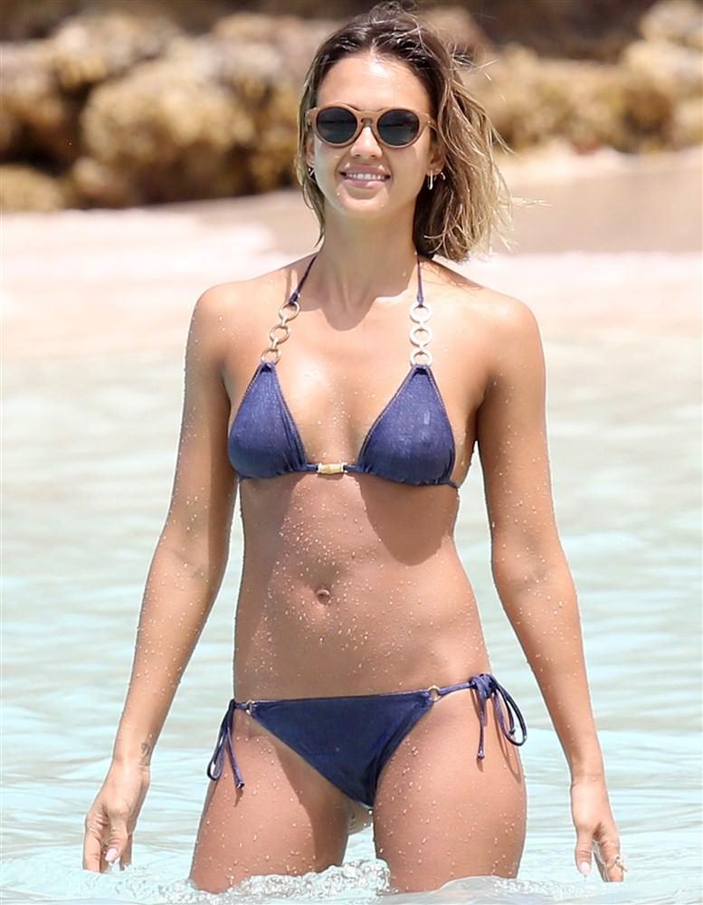 【画像】ハリウッド女優ってこんな乳首スケスケの水着で海行くのかよ…