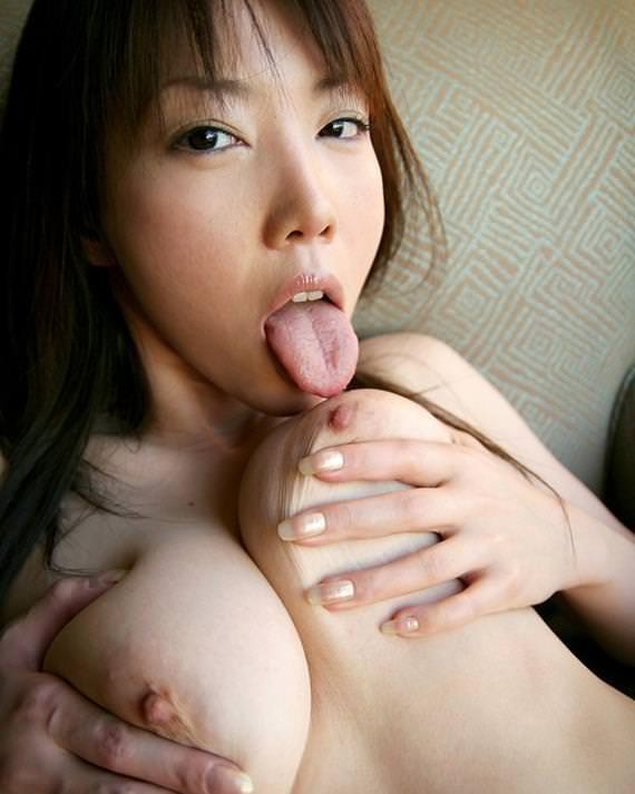 自分で乳首舐めする巨乳の女の子 28