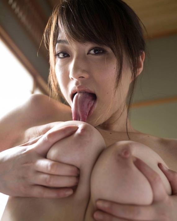自分で乳首舐めする巨乳の女の子 30