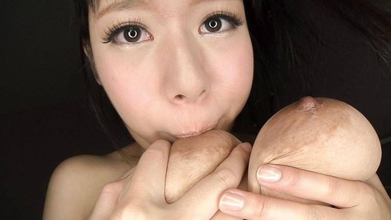 自分で乳首舐めする巨乳の女の子 31