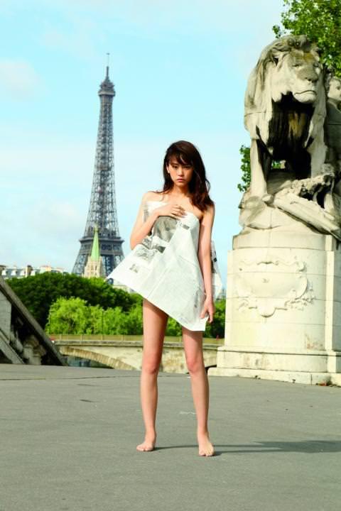 【衝撃画像】桐谷美玲、全裸に新聞紙一枚、路上に…まるでレ●プされた様な姿…