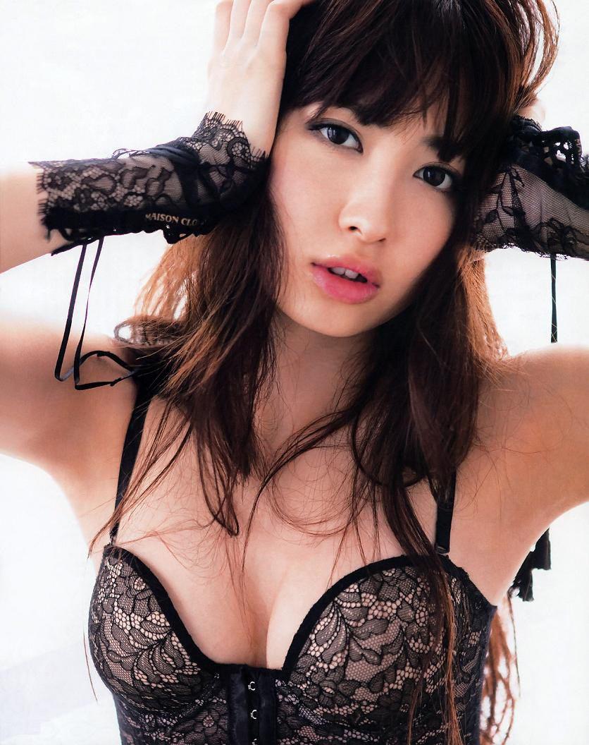 小嶋陽菜のオナニー写真に騒然!あそこをクチュクチュとまさぐる姿に大騒ぎ!