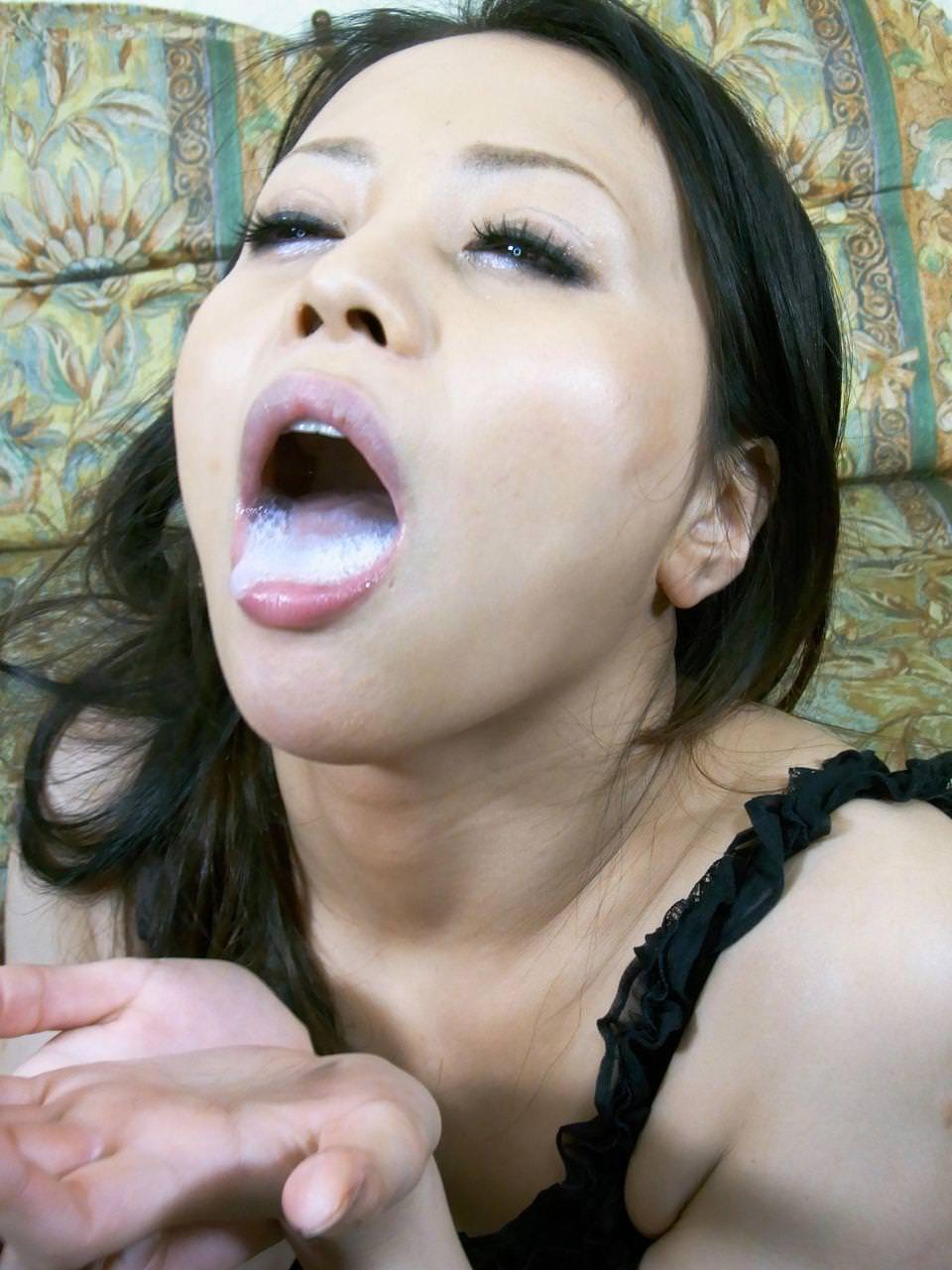 口からザーメンが溢れてる口内射精 15