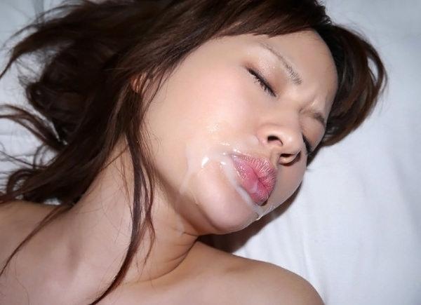 口内射精後の女の顔 12