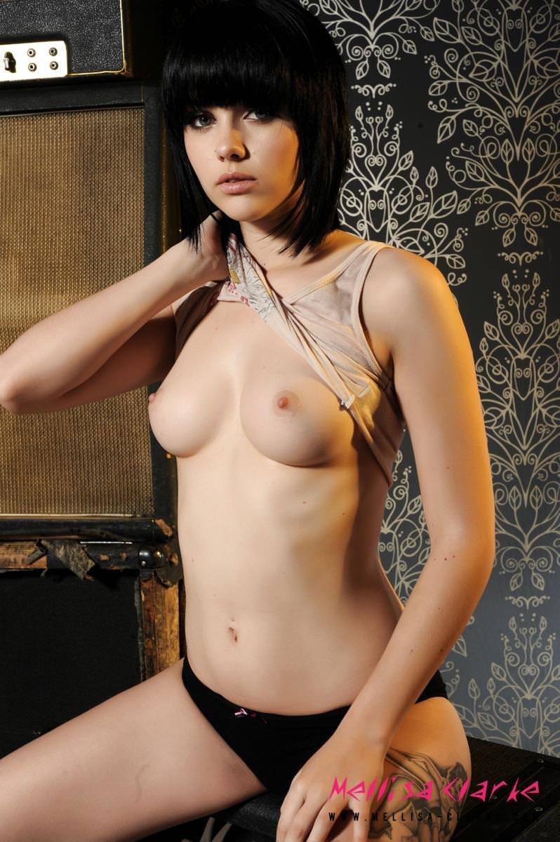 黒髪外国人美女のヌード