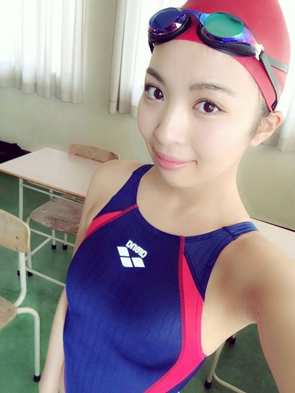 水泳キャップも被ってる競泳水着姿の女の子 1