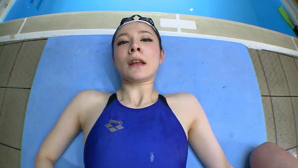 水泳キャップも被ってる競泳水着姿の女の子 2