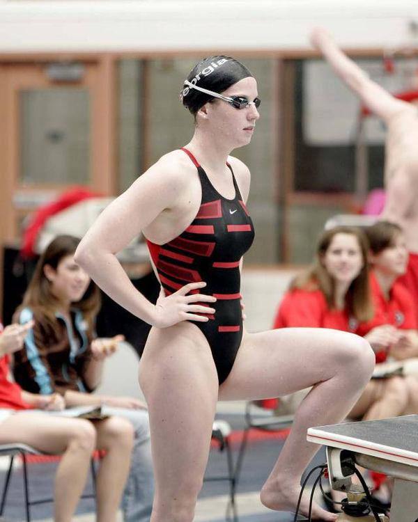 水泳キャップも被ってる競泳水着姿の女の子 4