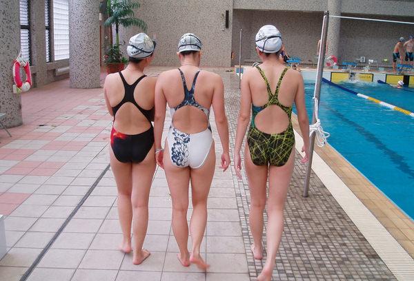 水泳キャップも被ってる競泳水着姿の女の子 5