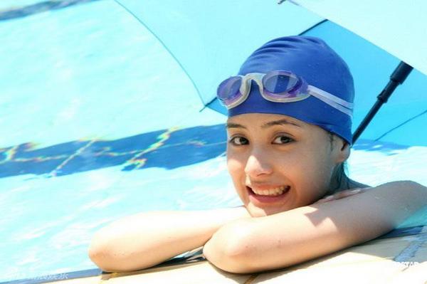 水泳キャップも被ってる競泳水着姿の女の子 8