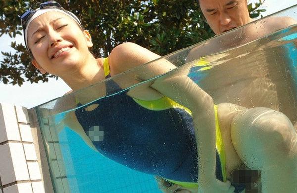 水泳キャップも被ってる競泳水着姿の女の子 12