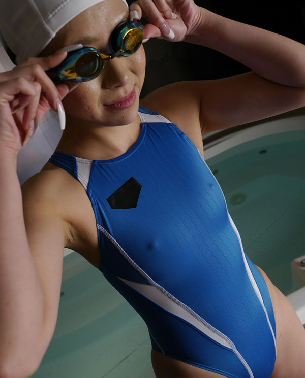 水泳キャップも被ってる競泳水着姿の女の子 13