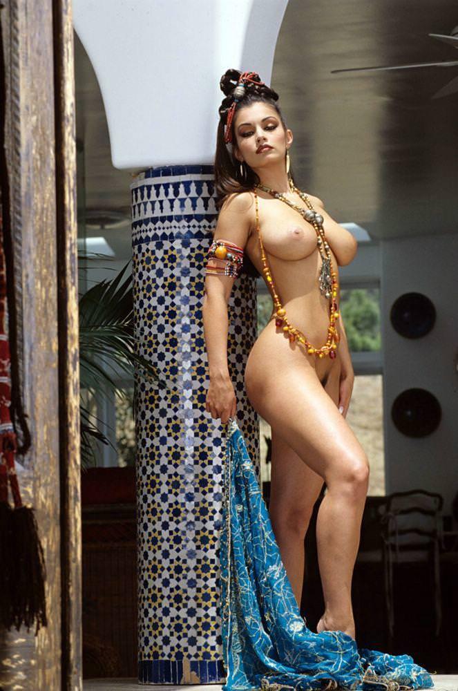 セクシーな民族衣裳の外国人美女